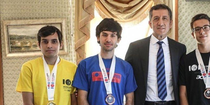 Photo of Bakan Selçuk, Türkiye'nin Bilgisayar Olimpiyat Şampiyonlarıyla Buluştu.