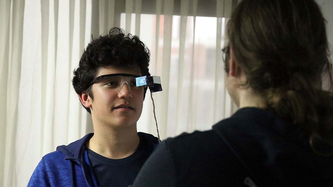 Photo of İşitme Engelliler İçin Alt Yazılı Gözlük Geliştirdiler